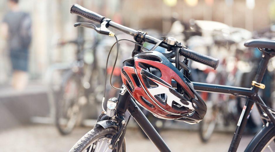 Fahrradhelm an Lenker