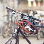 Fahrradhelm am Lenker