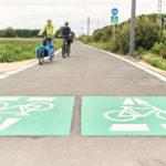 Fahrradstrecke Radschnellweg mit Fahrradpigmenten auf Boden