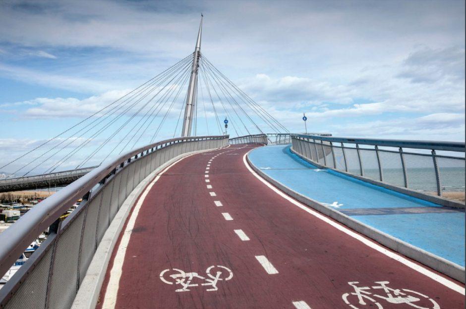Brücke mit Fahrradstraße und Gehweg